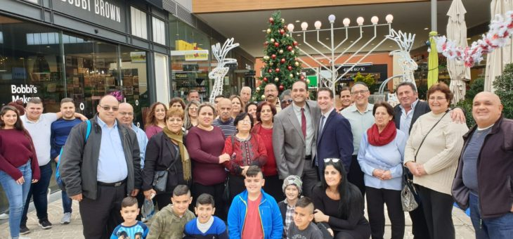 Christian Arabs Thank Israeli Mall for Christmas Tree